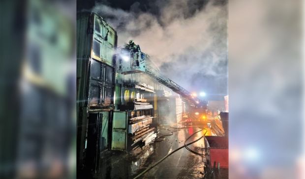 <p>In drie containers woedede urenlang brand.</p>