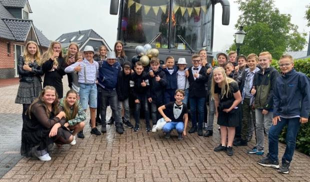 <p>Groep 8 van De Pelikaan bij de feestbus.</p>