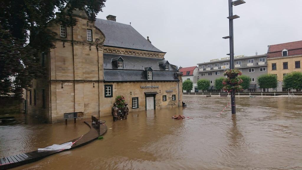 Het regent wat minder maar het water staat nog steeds hoog in de Valkenburgse straten RB Hardinxveld © BDU media