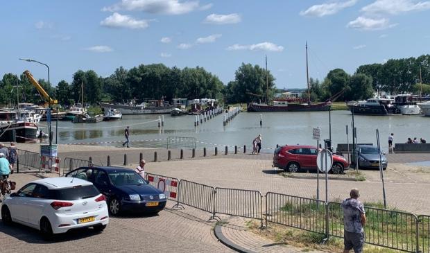 De situatie bij de Wijkse haven op zondag 12:30 uur. De parkeerplaatsen kunnen niet worden gebruikt