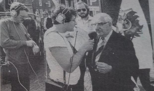 <p>Frits Spits interviewt meester Bohr&eacute; voor VARA-radio.</p>