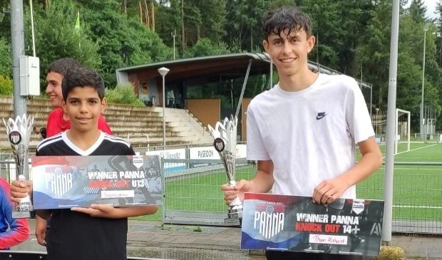 <p>De winnaars van de Panna Knock Out in Soesterberg, Tom Hilhorst (rechts) uit Renswoude en Salah Edinne uit Soesterberg.</p>