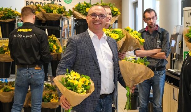 <p>Heropening &nbsp;Jumbo Hofman Hoofddorp, eigenaar Jack Hofman deelt bloemen uit aan snelle klanten.</p>