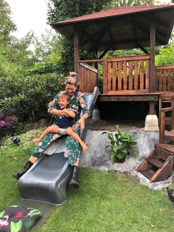 'Zomer 'gieren' in de eigen achtertuin. De foto is gemaakt op 8 juli in de achtertuin van ons huis in Leusden. Op de foto zijn mijn dochter en kleindochter te zien, die de nieuwe glijbaan uitproberen van het kinderhuisje dat ik in onze tuin aan het bouwen was.' Rob Arends © BDU media