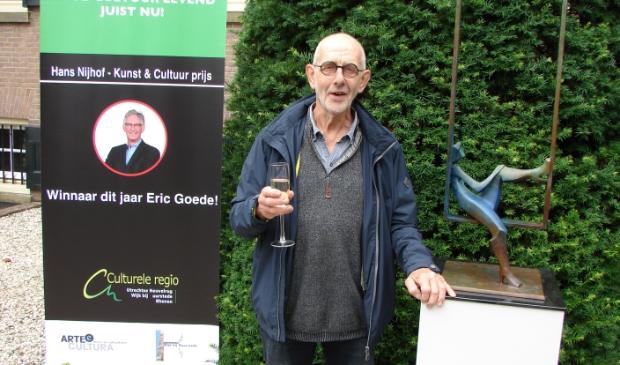 <p>Eric Goede met het winnende beeld</p>