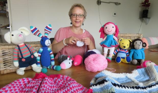 <p>Jolanda haakt knuffels voor kinderen en is op zoek naar andere vrijwilligers die ook mee willen doen.</p>