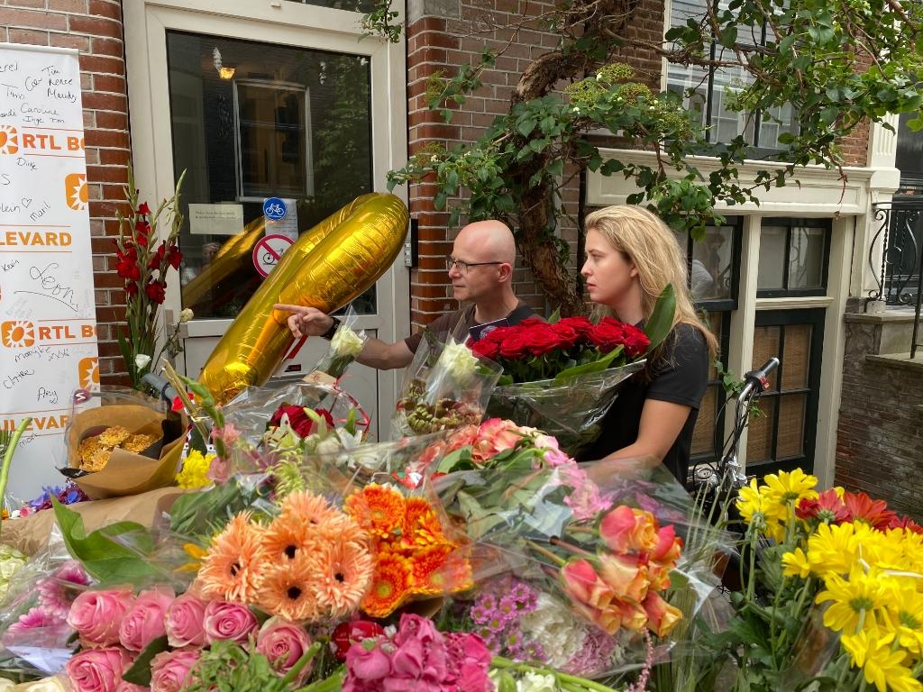 Theo Boer (links) en Nathalie de Bruin (rechts) op de plek waar Peter R. de Vries in Amsterdam werd neergeschoten. Lex van Steenis  © BDU media