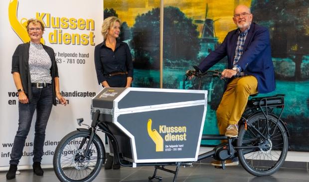 Op de foto deMarlene van Rooijen en Geke Hekman van Inner Wheel en Wietse Meerman,de nieuwe voorzitter van de Stichting Klussendienst.