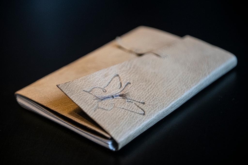 Een plukje haar van mijn moeder is nu verwerkt op de kaft van het boek. Suzanne Heikoop © BDU Media