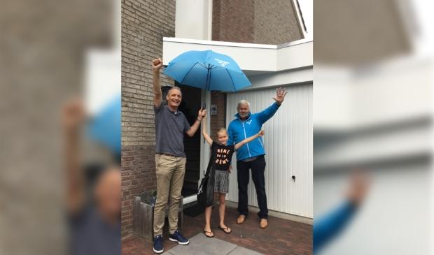 raadsleden IJzerman en Pors met prijswinnares Ilse Oussoren.