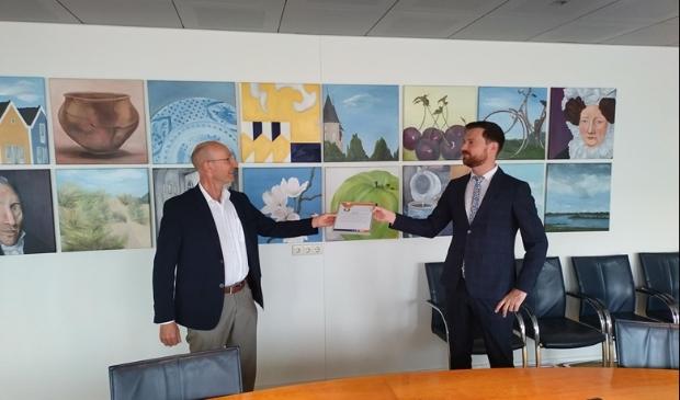 <p>Wethouder Bos ontvangt de oorkonde uit handen van Joost Uytewaal, voorzitter van Ondernemend Houten&nbsp;</p>