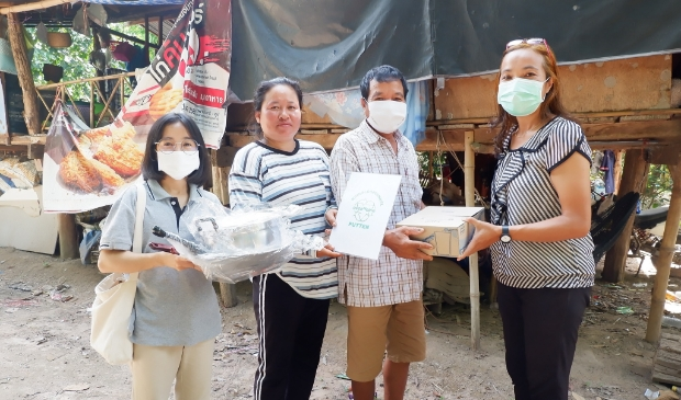 Lokale Siriboon deelt een over/nodig voedselpakket ui