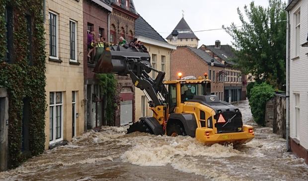 <p>Met groot materieel worden mensen uit hun huizen gered</p>
