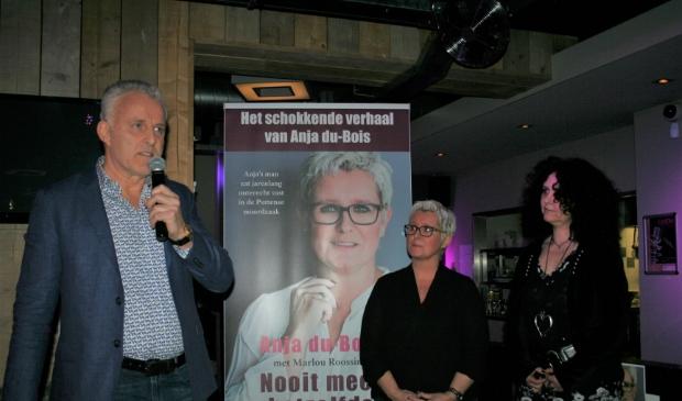 <p>Peter R. de Vries schreef het voorwoord en was in Putten aanwezig bij de presentatie van het boek &#39;Nooit meer hetzelfde&#39; van Anja du Bois. Rechts co-auteur Marlou Roossink.</p>