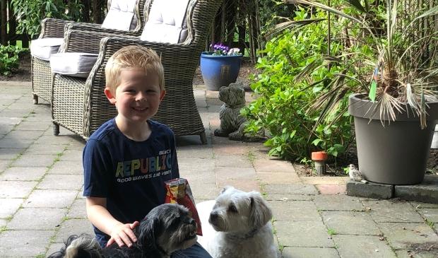 <p>Ook dit jonge baasje ruimt de hondenpoep netjes op.</p>