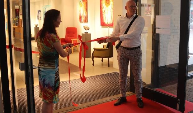 Hewt rode lint wordt aan getrokken ter aankondiging van de officieel opening van de galerie.