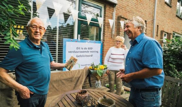 Directeur Jos Sleyfer van Heuvelrug Wonen (rechtsvoor), zette de bewoners in het zonnetje.