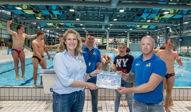<p>Manon Caron en Jeroen Westerbrink met op de achtergrond Karin van Hensbergen van de stichting en coach Guido Schreuder.</p>