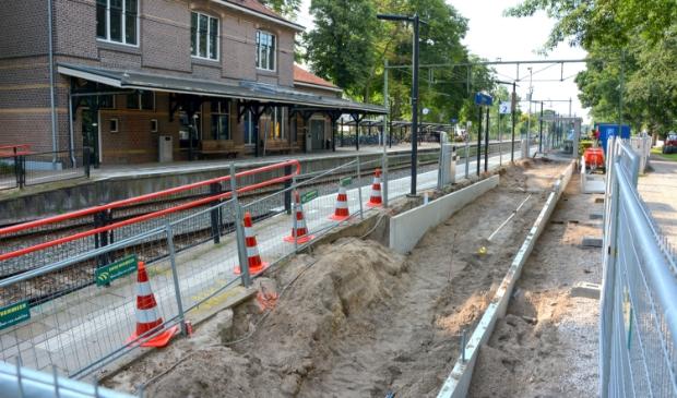 <p>Op het station van Lunteren worden de perrons en paden breder gemaakt. </p>