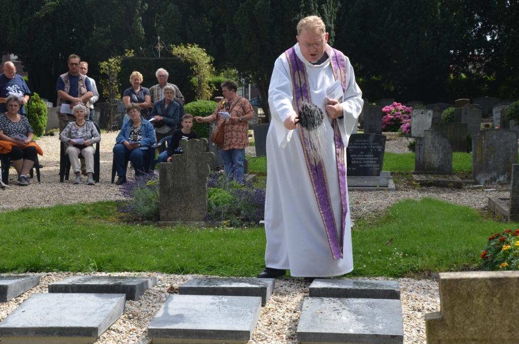 Pastoor Hogenelst zegent het urnenveld met wijwater Ali van Vemde © BDU media