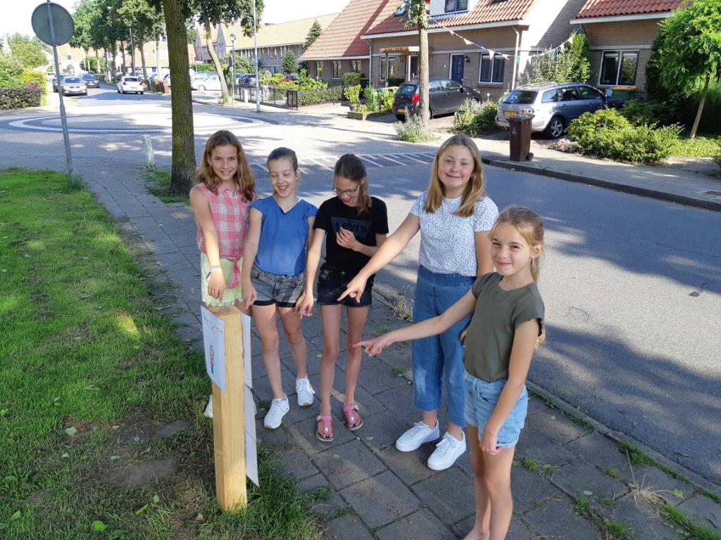 Leerlingen van uit groep 7 van De Koepelschool wijzen er nog maar eens naar: kak in de zak!  Arjan Ros © BDU Media