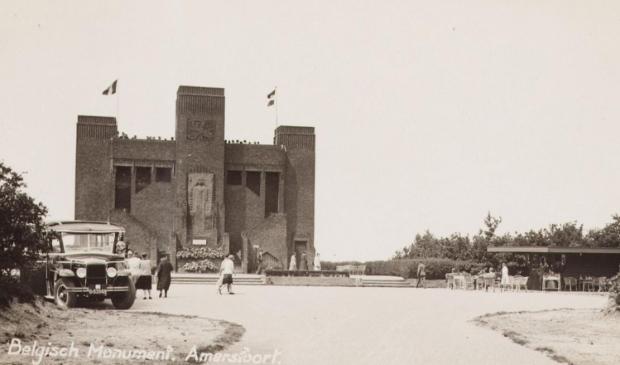<p>Het Belgenmonument omstreeks 1935. Op de voorgrond zien we een bus met toeristen staan die het monument kunnen beklimmen.&nbsp;</p>