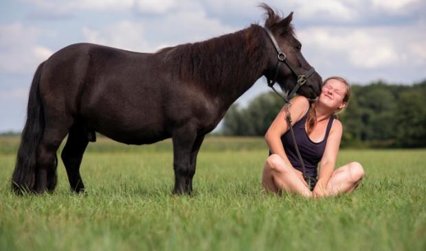 Sterre van Doornik met haar Shetlander joekel van 6 jaar. Hoe zomers wil je het hebben met zo'n groen grasveld? De foto is vorige zomer gemaakt op het terrein van melkveehouder van Eijden. Hetty Heijne © BDU media