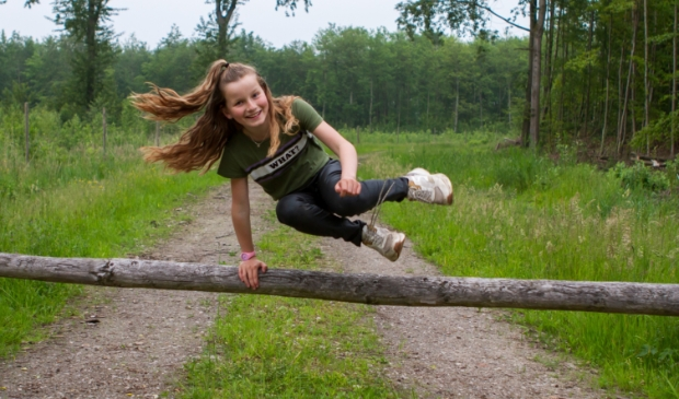 """,,Lisa 10 jaar… genieten bij het Erkemederstrand met fotograaf oma.""""  Familie van Ruitenbeek © BDU Media"""