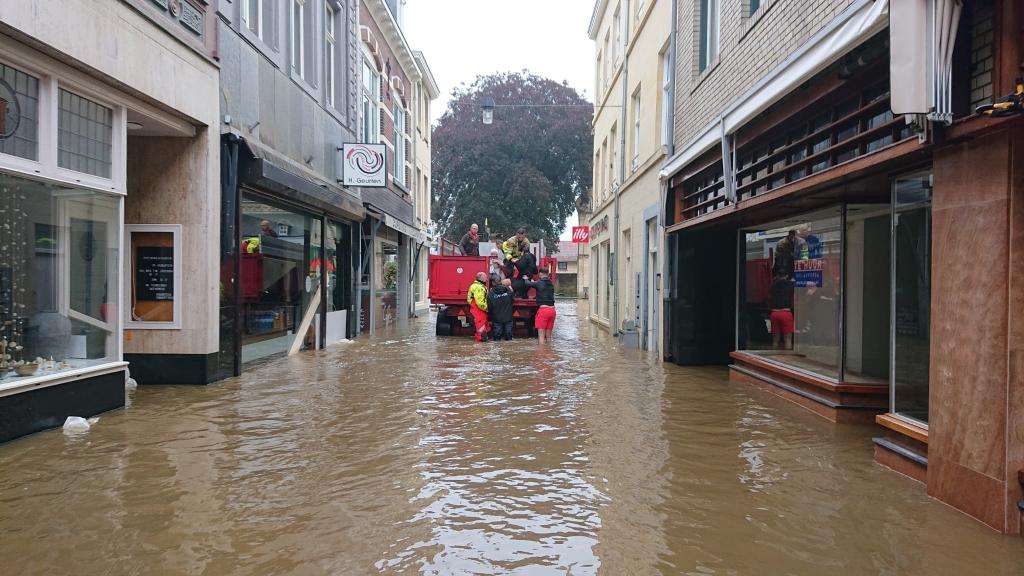 De Reddingsbrigade Hardinxveld in actie in de straten van Valkenburg RB Hardinxveld © BDU media