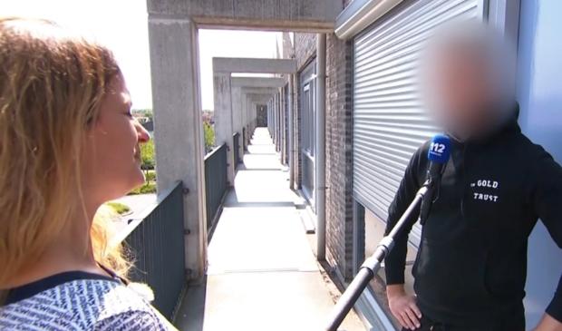 <p>Verslaggever Miriam van &#39;t Veer praat met buren.</p>