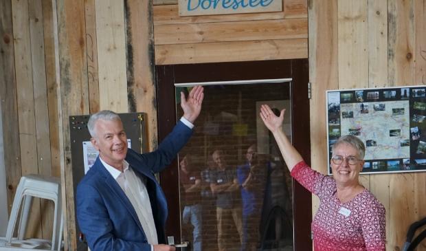 Hans Buijtelaar (interim wethouder) en Anita Blees (voorz. KV Dorestad) onthullen de naam van het clubhuis