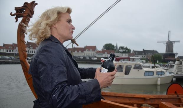 Wethouder Wil Kosterman zegent het Vikingschip