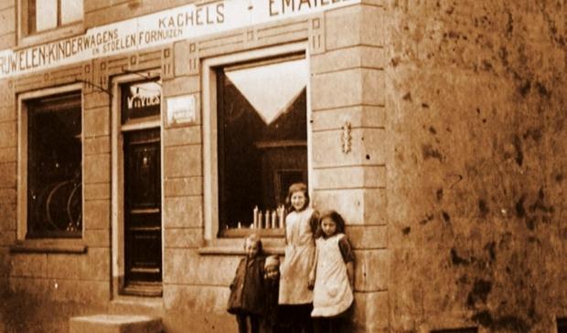 <p>Fietsenwinkel Van der Vlies (wijk a ) met op de foto 4 van de 6 dochters.</p>