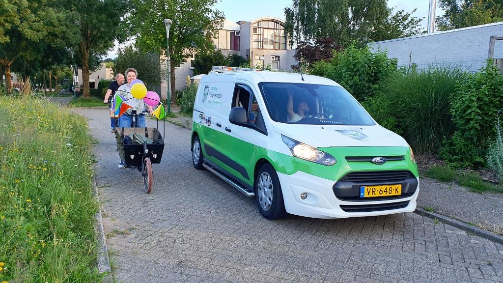 Marjan op de fiets en Jeroen in zijn auto rijden de straat in Irene van Valen © BDU media