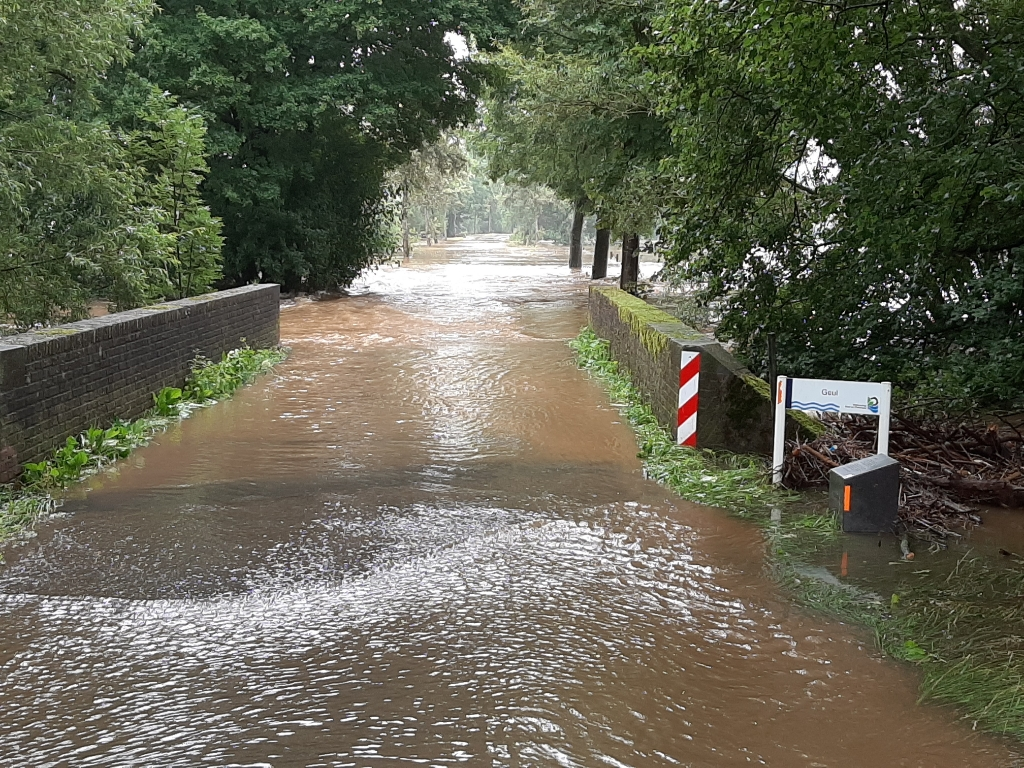 'De overstroomde weg naar dorp Partij onder aan de Gulperberg, in Zuid-Limburg op donderdag 15 juli. Onder een waterig zonnetje veranderde het riviertje de Geul, normaal een stroompje van maximaal 5 meter breed, deze zomer in een soort Amazone.' Jos Stekelenburg © BDU media