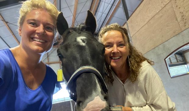 Toelichting foto: Unieke samenwerking van life-coach en paardencoach. Vlnr: Sylvia Bochem, collega pony Happy, Greetje Verduin.