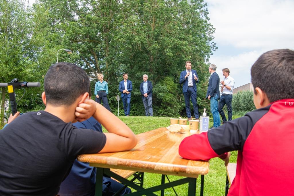 Onder het toeziend oog van enkele jonge bewoners van de wijk leggen de bestuurders de plannen uit aan de aanwezigen Gemeente Gorinchem © BDU Media