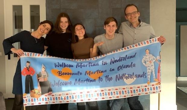 <p>Italiaanse Martina (midden) en haar Nederlandse gastgezin.</p>