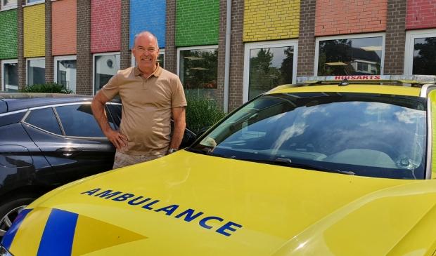 <p>Huisarts Marcel Ebbing bij de ambulance waarmee hij met een ambulancechauffeur snel bij een patient komt</p>