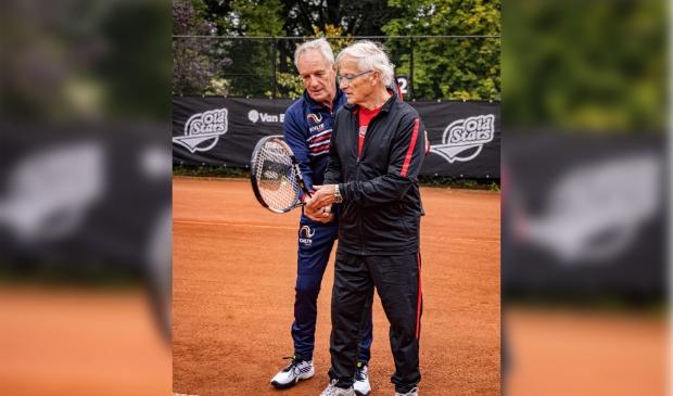<p>,,OldStars tennis is ontwikkeld om ouderen weer aan het bewegen te krijgen&quot;, zegt Okker (links).&nbsp;</p>