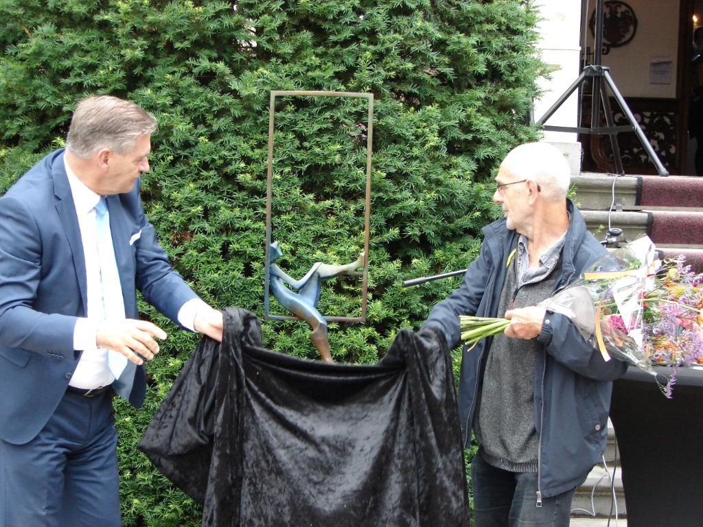 Onthulling van het beeld van de winnaar met links burgemeester Frits Naafs en rechts Eric Goede.  Wes Janssen © BDU media