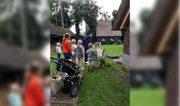 Boer Theo helpt de kinderen melken