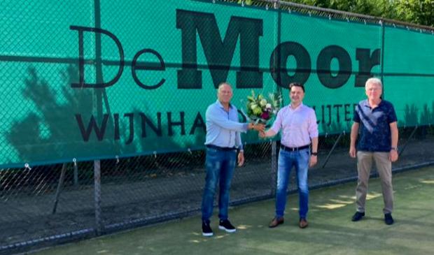 <p>Gerwin Poolen, eigenaar van Wijnhandel & Slijterij De Moor, wordt op de foto geflankeerd door Ed Vedder, voorzitter van de Sponsor Commissie en Sibert van Leeuwen, voorzitter van TV Sparta.</p>
