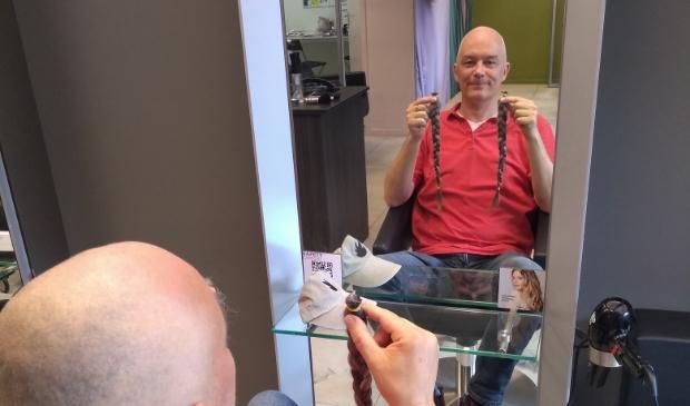 <p>Sven Imthorn met twee afgeknipte vlechten en een kaal hoofd</p>