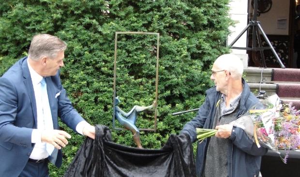 Burgemeester Frits Naafs onthult samen met Eric Goede het kunstwerk 'Genieten'