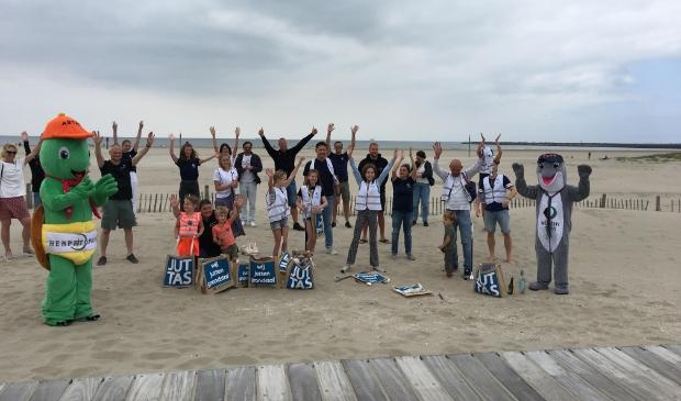<p>Er waren vrijdag heel wat aanwezigen afgekomen om mee te helpen het strand weer een beetje schoner te maken.</p>