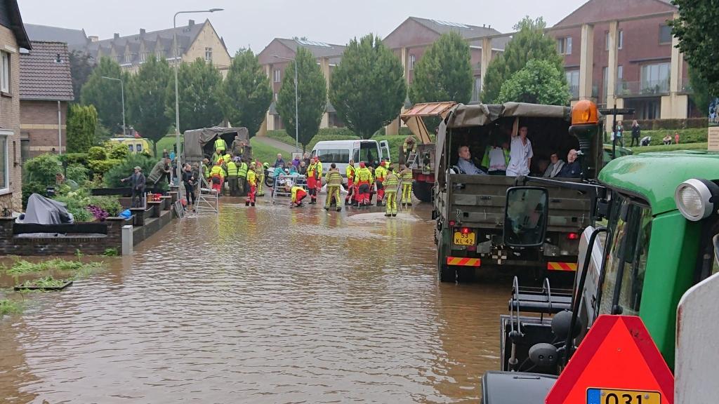 Evacuatie van inwoners van het verpleeghuis RB Hardinxveld © BDU media