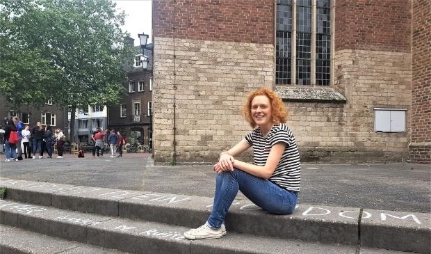 <p>Ellen van der Kolk zit trots op het gedicht van haar voorganger Ivanka de Ruijter.</p>