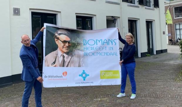<p>Voor de locatie van Welzijn Bloemendaal presenteren Annette Molkenboer van stichting TijdSparen en Johan van Buren van Welzijn Bloemendaal het spandoek. </p>