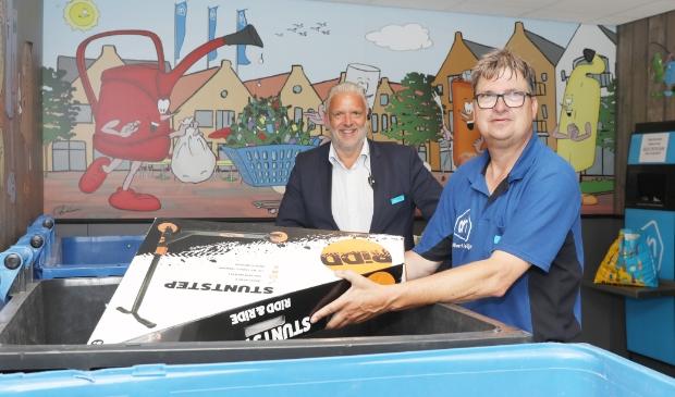 <p>Supermarktmanager Jan Vlijm en medewerker Gert van den Heuvel in de Retourette bij de Albert Heijn in Nijkerk.</p>